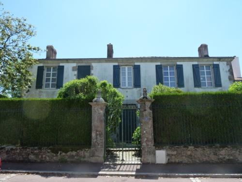 Notre ami Richard Lueil a pris quelques photos du quartier général de Charrette et du Palais Royal de Louis XVII. Le Prince devait s'installer en Vendée à Belleville… (A découvrir d'un clic).